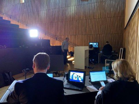 TOMT I SETERADENE: CFO Vidar Nysæther representerte administrasjonen under livestreamingen av generalforsamlingen. Ved hans side sjefssekretær Anniken Fevang.