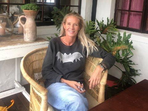 STARTET NETTBUTIKK: Sandefjord-kvinnen Anniken Trefelt (45) er medeier og daglig leder i et reisebyrå som holder til ved Cape Town i Sør-Afrika. Nå kan hun også skilte med å drive en nettbutikk.