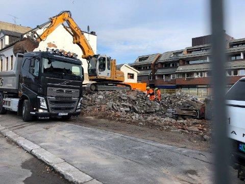 RIVER: Rivingen av den gamle bygningsmassen på Aagaards Plass ble påbegynt i mars.