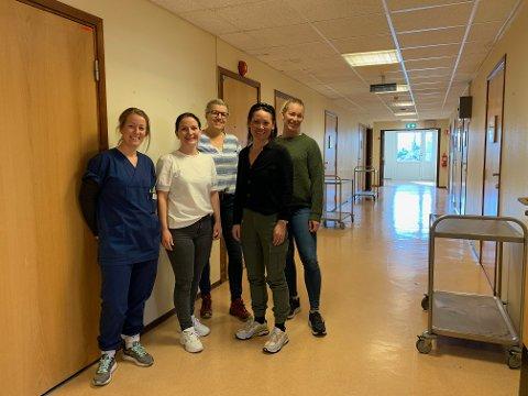 Hjemmesykepleiens ambulerende koronateam, fra venstre (i blå uniform) spesialsykepleier Berit Gangsø,  Ellen Slettingdalen (avansert klinisk sykepleier),  Charlotte Vidum Standeren (faglig rådgiver/spesialsykepleier),  Henriette Ruud (prosjektleder) og helt til høyre bak; Trine Linn Flottorp (avansert geriatrisk sykepleier)