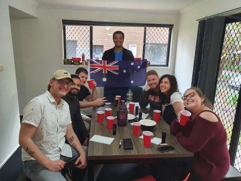UTENLANDS: Christopher Skottun (24) fra Sandefjord (til venstre i bildet) feirer 17. mai i Sydney, Australia.
