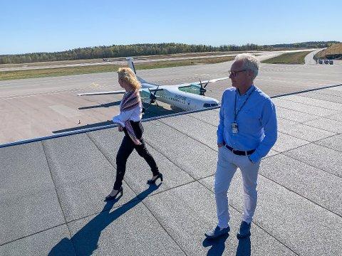 OPTIMIST: Gisle Skansen undrer seg over hvordan regjeringen vedtok at ikke-statlige flyplasser ikke skulle få statsstøtte på lik linje med Avinors lufthavner. Nå venter han på at saken skal behandles i samferdselskomiteen på Stortinget om tre uker. Her sammen med Torps markedssjef, Tine Kleive-Mathisen tidligere i vår.