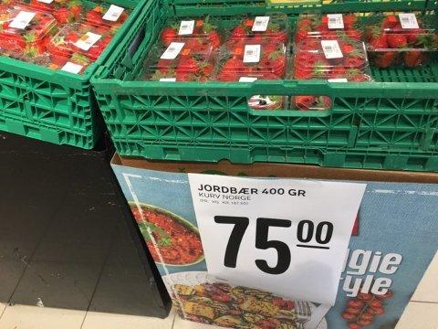 STIV PRIS: Rema 1000 Østerøyveien startet salget av norske jordbær tirsdag. Butikksjef Kristoffer Andersen tror prisene vil gå ned fra neste uke.