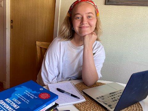 EKSAMENER OG LEKSER: Hannah Wengård (20) har hektiske dager med hjemmeundervisning. I tida fram til 3. juli venter en rekke eksamener, hvorav flere skal foregå live via nettet. – Når jeg er ferdig med eksamenene har jeg lekser som skal leveres. Så det blir ikke helt skolefri i sommer, sier hun.