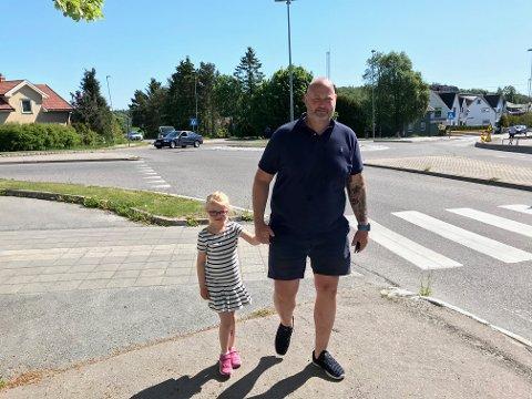 HØY FART: Per Poulsen mener mange bilister kjører uvettig. Han er redd for datteren sin Mia (6) som ferdes mye i området.