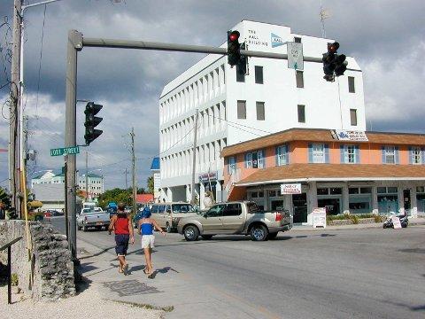 JAHRE-PENGER: Denne bygningen, Aall building på Grand Cayman, ble oppført av mannen som urettmessig endte opp med utenlandsformuen til Anders Jahre.