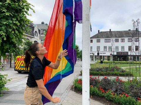 Brannkonstabel May Tømmervold fra Sandefjord Brann og redning heiste onsdag morgen regnbueflagg på Bytunet.
