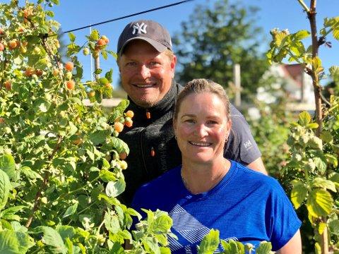 250 SØKNADER: Frukdyrkerne Cecilie Skjerven og Bjarne Kapstad Trollsås  er svært glad for den store responsen de fikk da de utlyste sommerjobber som bringebærplukkere.