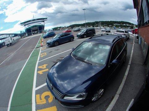 IKKE HVEM SOM HELST: Ansatte kan bruke oppstilingsplassen til parkering.