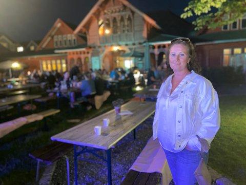 KONTROLL: Annikken Johnsrud i Johnsrud Etterforskning & Rådgivning, var natt til Lørdag ute på byen i Sandefjord for å sjekke om utestedene overholt både smittevernregler og alkoholloven.