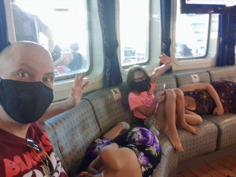 PÅ FERIE: Thomas Mathisen og familien ferierer nå i Hellas.