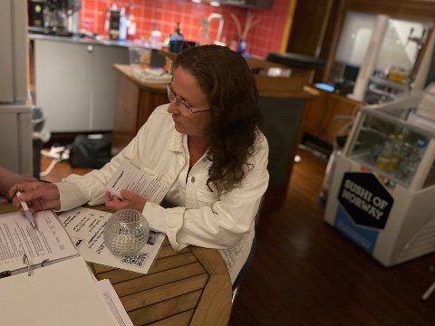 SMITTEVERN- OG SKJENKEKONTROLL: Annikken Johnsrud sjekket utesteder med skjenkebevilling i Sandefjord 1. august 2020. Kun ett sted ble det funnet avvik. FOTO: Henrik Nordhus