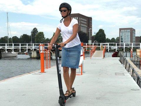 KJØRER FORSIKTIG: Helene Rødsand prøver å ta mest mulig hensyn med sin el-sparkesykkel. Det er det ikke alle som gjør. NAF frykter alvorlige konsekvenser.