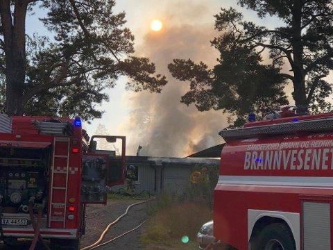 HUSBRANN: Det er tre boenheter i huset. Seks personer fikk selv tatt seg ut av boligen før nødeatene ankom stedet.