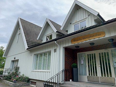 RUNDT 50 ÅR: Andebu menighetshus har hatt store strømutgifter i mange år. Nå er det tatt grep ved hjelp av en pengegave og dugnadsinnsats.