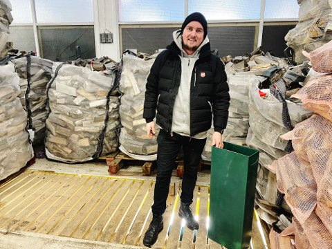 NESTEN TOMT: Av de 100 pallene med ved Geir Olav Nybo fikk inn til sitt prosjekt i Frelsesarmeen, har han 15 bare igjen.
