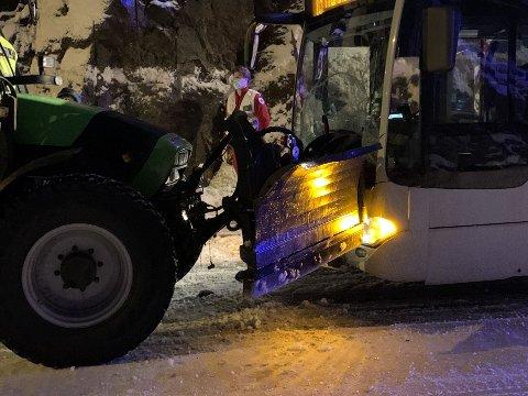 ULYKKE: Bussen fikk store skader i sammenstøtet med traktoren.