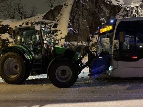 SMELL: Bussen fikk store skader i uhellet. Bussjåføren ble lettere skadet.