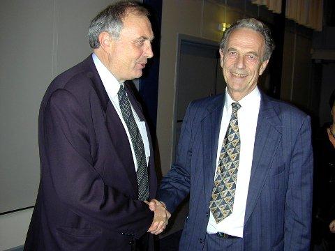 BÆREBJELKE: Svein Flåtten jobbet tett med Per Foshaug i politikken i Sandefjord. Flåtten beskriver Foshaug som en av bærebjelkene i partiet i mange år. På bildet: Her gratulerer Per Foshaug partifelle Svein Flåtten med sikker stortingsplass i 2000.