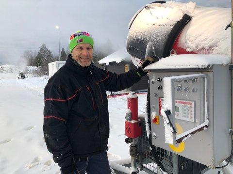 FULL PRODUKSJON: Håkon Arvesen fikk ingen søvn natt til mandag. Nå skal han sikre skiløyper på Haukerød.