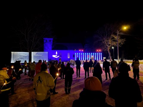 """MINNESMARKERING: Fjorten mennesker mistet livet på veiene i Vestfold i 2020, disse minnes under arrangementet """"Lys til ettertanke"""" utenfor Skjee Kirke søndag ettermiddag."""