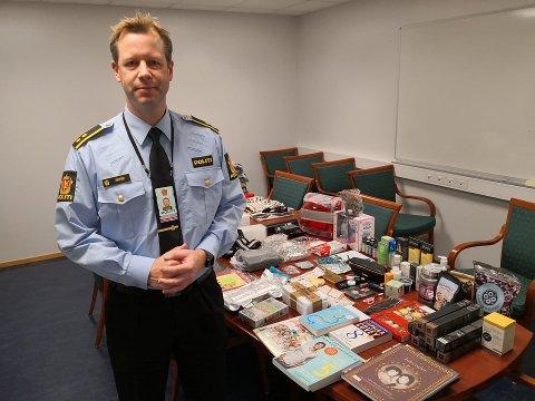 FIRE BANKKORT: – Blant pakker og post var det også fire bankkort. Nå vil vi kontakte eierne av disse, sier krimsjef Paal Knutsen. FOTO: Magnus Lutnæs Aas