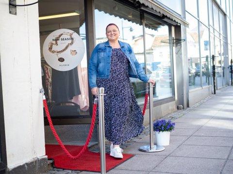 Mette Bjerregård, som driver butikken BelleXL i Sandefjord, fikk mer korona-støtte denne gangen. Hun har fortsatt tro på framtiden.