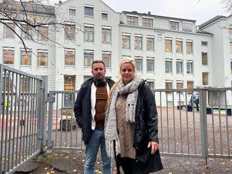 Thore Sebastian Nielsen (uavh.) og Camilla Bilstad Johannessen (V) vil vite hva som har skjedd med skolene i Sandefjord de siste 11 årene. Byskolen er en av skolene som de mener bare er lappet på.