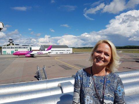 JUBLER: Markeds- og kommunikasjonssjef Tine Kleive-Mathisen ved Sandefjord Lufthavn Torp er glad for at folk vil reise igjen.