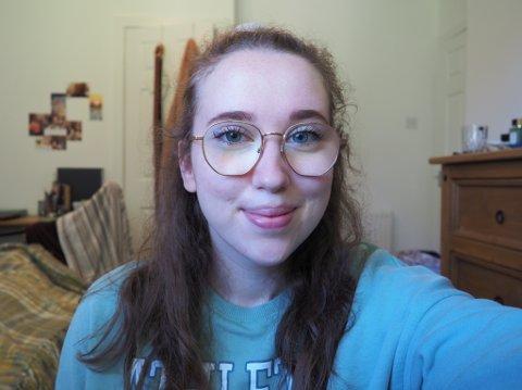 TRIVES UTENLANDS: Tuva Søiland Helgesen (21) bor i England, hvor hun tar en bachelor i engelsk litteratur med kreativ skriving. Drømmen er å jobbe for et forlag i framtiden, enten i Norge eller England. Men før den tid har hun planer om å reise mye.