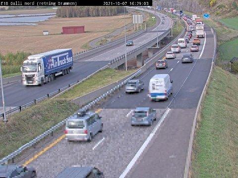 KAN BLI KØER: Slik så trafikken ut på E18 ved Hemtunnelen i går ettermiddag. I dag starter høstferien for mange, så noen steder kan det fort bli lange køer.