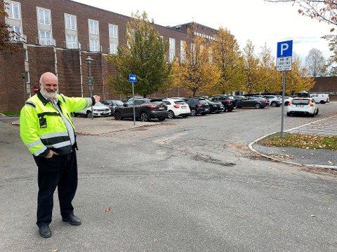VAKSINE: Denne parkeringen ved rådhuset blir gratis for de som skal få sin 3. vaksine mot korona, forteller seksjonsleder for bydrift Arne Johnsen.