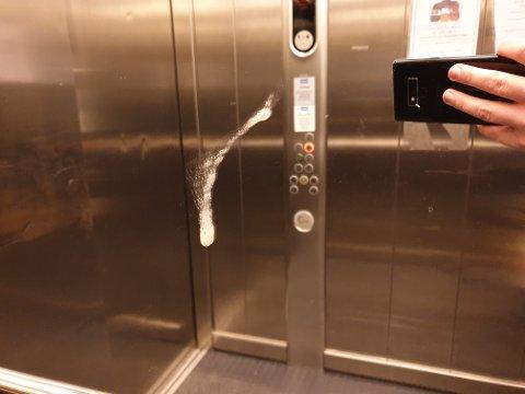 KLYSE: Dette er et ikke sjeldent syn i heisen på Hvidtgården. En beboer er redd det kan være en smittekilde for korona. Dette bildet er tatt 30. januar.
