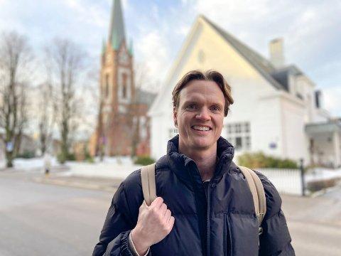 FORLOT STORBYLIVET: Christopher Aanerud (29) er glad for at han flyttet tilbake til hjembyen Sandefjord igjen, etter mange år utenbys. – Det er en utrolig flott by! Jeg savner bare litt mer liv i sentrum og litt flere prisgunstige boliger for den yngre generasjonen, sier Christopher, som for tiden leier bolig – mens han leter etter en drømmebolig han kan kjøpe.