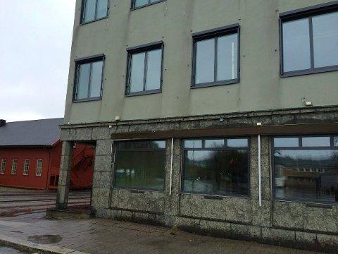 TOMT: Hjørnet på Thor Dahl-bygget har stått ledig siden mars i fjor. NÅ blir det snart liv i lokalene igjen.