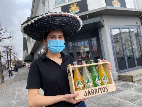 LOS HERMANOS: Amira Tareq Rasho (23) viser frem deres utvalg av meksikansk brus. Hun ser frem til å også kunne tilby eget brygget øl til sine kunder.
