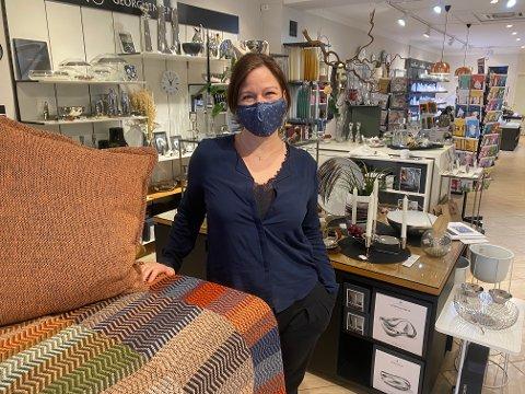 SENTRUMSHANDEL: Hos Sandefjord Glassmagasin stenges butikken for kunder, men Jannecke Sofie Waldersnes håper folk fortsatt vil handle hos dem.