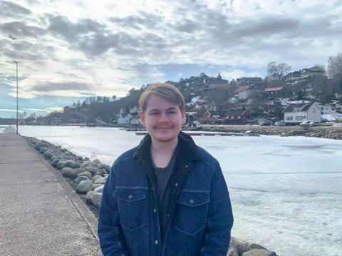KJEDER SEG IKKE: Benjamin Selstø (19) har en lang rekke verv, i tillegg til at han er fersk innen partipolitikken. – Jeg liker å engasjere meg, sier unggutten.