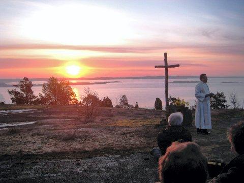 VAKKERT: Soloppgangsgudstjenesten 1. påskedag har vært en tradisjon for mange sandefjordinger. Dette bildet er tatt for flere år tilbake. Her er det Øyvind Nordin som talte. ARKIVFOTO