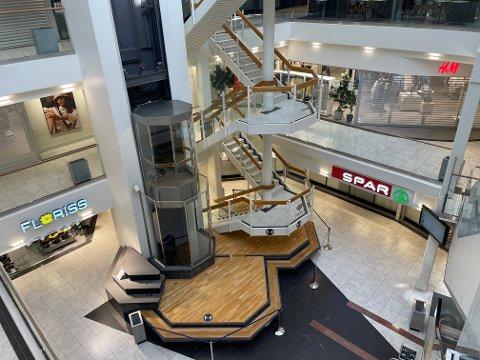 STENGT: Det er kun få antall butikker som holder åpent på senteret.
