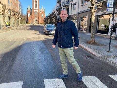 KIRKEGATA: Ved denne fotgjengerovergangen ble Leif Arild Jensen nesten påkjørt av en mørk BMW, som stakk av etter hendelsen.