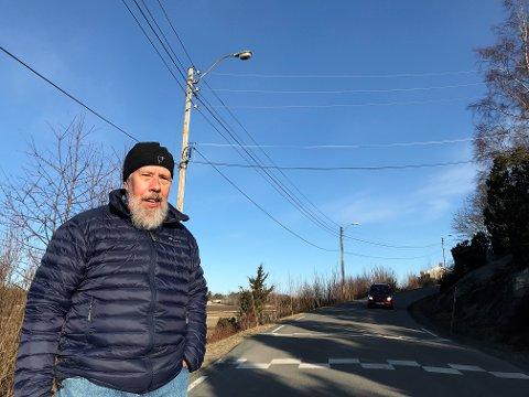LYSPROBLEMER: Thor Helm Hansen har opplevd at veibelysningen i Haneholmveien har vært mye av og på i en årrekke.