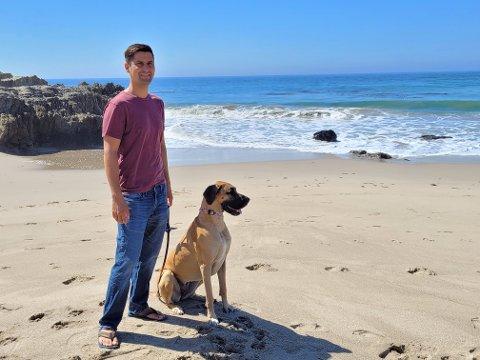 USA-BOSATT: Sandefjordingen Fredrik Reitan (32) bor med kone og hund i Los Angeles i USA. Han trives godt der, men innrømmer at han savner familie og venner i Sandefjord. Norsk mat og godteri er visstnok også et savn.