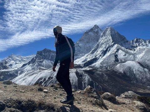STILLE FØR STORMEN: Frank Løke er relativt alene på vei opp mot Mount Everest Basecamp, men der er det fullt trøkk om dagen.