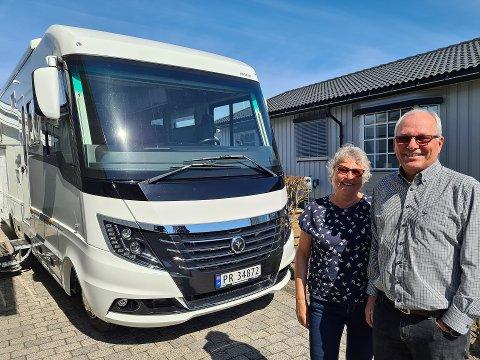 BOBIL: Margrete Dahlgren og Oddvar Bærheim investerte i fjor i ny bobil. De har eid bobil i over 20 år og er veldig fornøyde med den nye doningen.