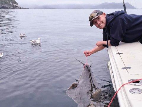 Martin-Tobias Folden (23) har hobbyfisket hele livet. Nå gjør han det på fulltid, men trolig ikke så lenge til.
