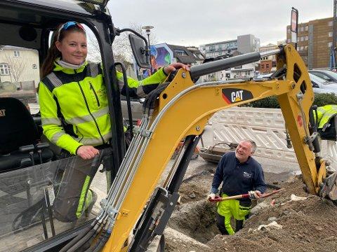 GODT HUMØR: Maskinfører Victoria Michelle Solberg (24) og Tom Hem Sperre fant det de lette etter i krysset Rådhusgata-Storgata.