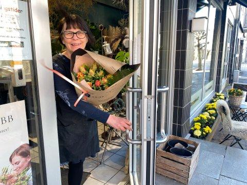FLORISS: Blomsterdekoratør Laila Ødegård synes dette med stengte dører har vært en rar tid. Nå ser hun fram til å ha kunder i butikken igjen.