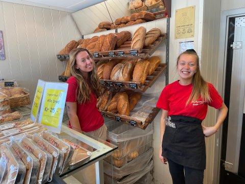 STOLTE: Mia Hvam og Madelene Strandskog jobber i bakeriutslaget til M. Marcussen eftf. i Gaupeveien i Stokke.