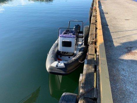 FANT BÅT: En privatperson kontaktet politiet i morgentimene søndag etter at han fant en båt drivende i indre havn i Sandefjord.